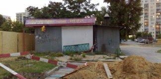 Wobec upadku Sajgonu, schabowy ma swój dzień triumfu, o czym zaświadcza graffiti na ścianie z blachy falistej. Ulica Dereniowa, zamknięte bary wietnamskie. Fot. Maciej Mazur.
