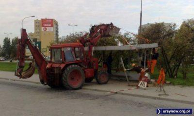 Przy ważnych inwestycjach, jak przy budowie parkingu Park&Ride na miejscu pętli Ursynów Południowy, nie przebiera się w środkach. Przyjdzie traktor i wyrówna. Fot. Michał Myśliński.
