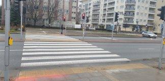 Nowe światła w Alei KEN wyświetlają czerwone na chodniku. Fot. Maciej Mazur