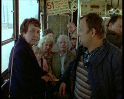 """Berliet linii 451 sprawnie podrzuci na Dworzec Centralny, zanim w przyszłości zmieni się w Ikarusa linii 504. """"Alternatywy 4"""", odc. """"Upadek"""". Prod. TVP."""