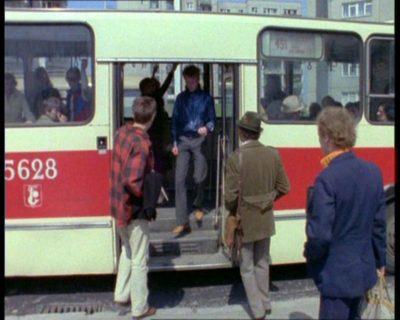 """Berliet linii 451 na przystanku przy Herbsta, gdzie akurat ta linia nie kursowała. Ale co tam. """"Alternatywy 4"""", odc. """"Upadek"""". Prod. TVP."""