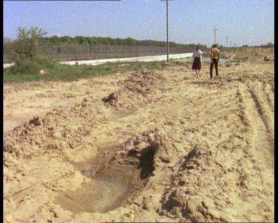 """To będzie ulica Rosoła. Po lewej ciągnie się płot odgradzający sady należące do kompleksu rządowego Natolina. """"Alternatywy 4"""", odc. """"Wesele"""". Prod. TVP."""