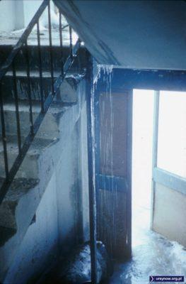 Tak mogłoby wyglądać wejście do zimowej rezydencji Królowej Śniegu - a to tylko klatka schodowa, na której budowlańcom coś jesienią pociekło. I przyszła zima. Fot. Włodzimierz Witaszewski.