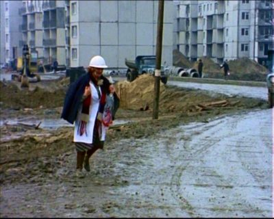 """Rok 1977. Z błota wyrasta Koński Jar. Albo Wiolinowa. Ale raczej jednak Koński Jar, co potwierdzą następne zdjęcia w sekwencji. Kadr z serialu """"Czterdziestolatek""""."""