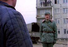 """Rok 1977. Inżynier Karwowski melduje się Maliniakowi, a całą scenę z balkonu budowanego bloku przy Końskim Jarze (chyba) obserwują raczej nie statyści, tylko całkiem prawdziwi robotnicy. Kadr z serialu """"Czterdziestolatek""""."""