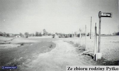 W prawo Wiolinowa w stronę Ursynowa, po lewej wśród pól wije się Smródka. Zdjęcie wykonane na wysokości dzisiejszego skrzyżowania Anody i Doliny Służewieckiej. Fotografia ze zbiorów Rodziny Pytko.