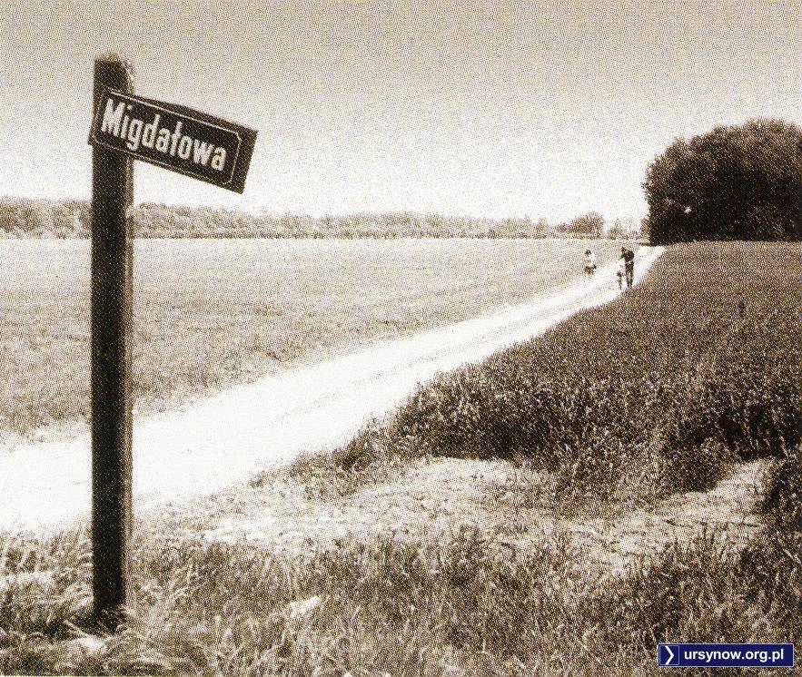 Letnia wycieczka rowerowa na daleki Natolin. I marzenia o niebieskich migdałach na pewno. Zdjęcie z archiwum Rodziny Pytko.
