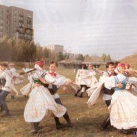 """Zespół tańca ludowego """"Jaromiry"""" w tanecznym pokazie na Łące Olkówki. Zdjęcie z folderu Spółdzielni Jary."""