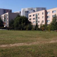 Łączka między blokami na Raabego jeszcze zanim urządzono tu bieżnie, siłownie, bulodrom i parking. Fot. Maciej Belina Brzozowski