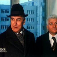 Edward Gierek i Alojzy Karkoszka zwiedzają modelowe mieszkanie przy Puszczyka 5. Kadr z relacji TVP.