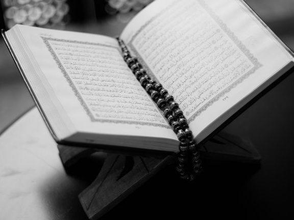 A është e gabuar mbajtja në dorë e telefonave në të cilët kemi shkarkuar Kur'an dhe leximi i Tij nga telefoni pa abdes?