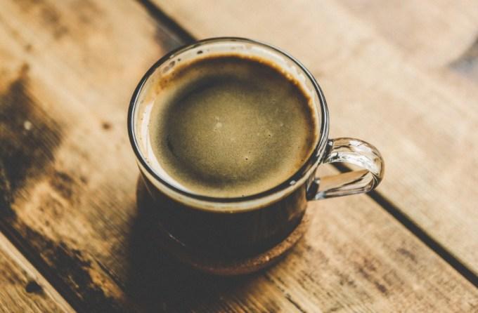 menyeduh dan menyajikan jual kopi hijau green coffee pada gelas