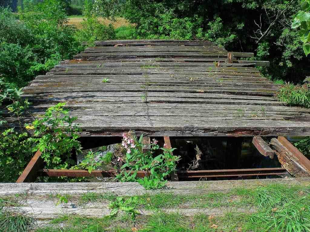 Biegasz, czy trenujesz bieganie, zniszczony most, stalowo drewniany