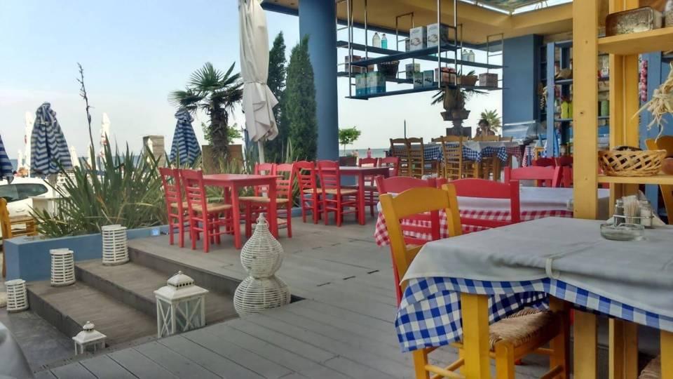 tawerna z pustymi stolikami, greckie kolory