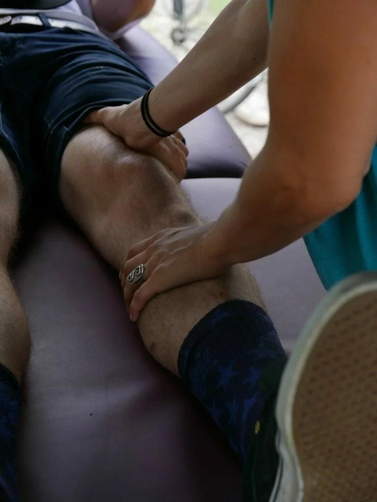 masaż kolana, leczenie kolana biegacza