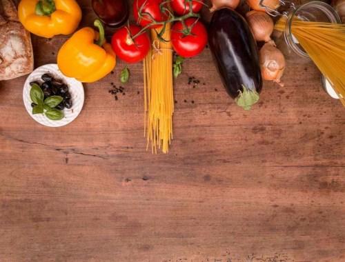 świeże warzywa na blacie kuchennym, żywe barwy, pomidory, papryka, makaron, bakłażan