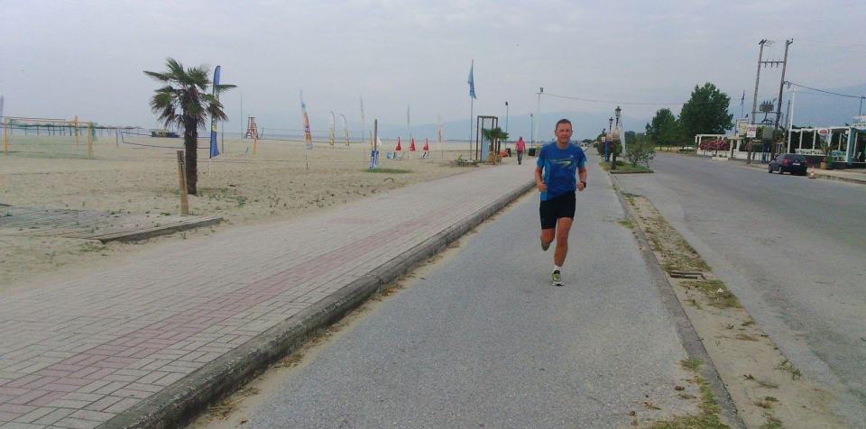biegacz przy plaży, greckie wakacje