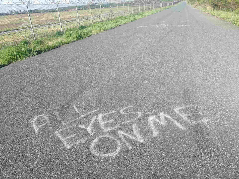 biegasz - znajdziesz coś ciekawego, napisy na asfalcie droga wzdłuż ogrodzenia