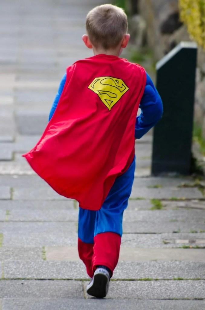 początki biegania młodego człowieka przebranego za supermana