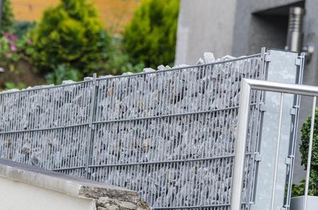 Gabionen Mit Naturstein Als Abgrenzung Zu Den Nachbargrund Gefüllt