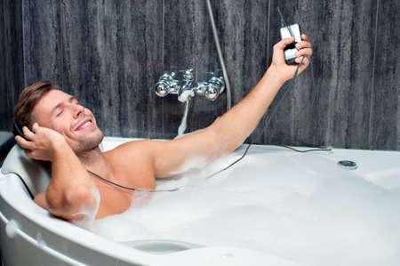https://i1.wp.com/us.123rf.com/450wm/georgerudy/georgerudy1309/georgerudy130900313/22376435-jeune-homme-de-prendre-un-bain--couter-de-la-musique--partir-du-lecteur.jpg
