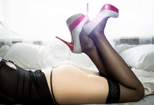 ストッキングとハイヒールのベッドの上のセクシーな裸の女性の黒と白の写真 の写真素材・画像素材. Image 37858539.