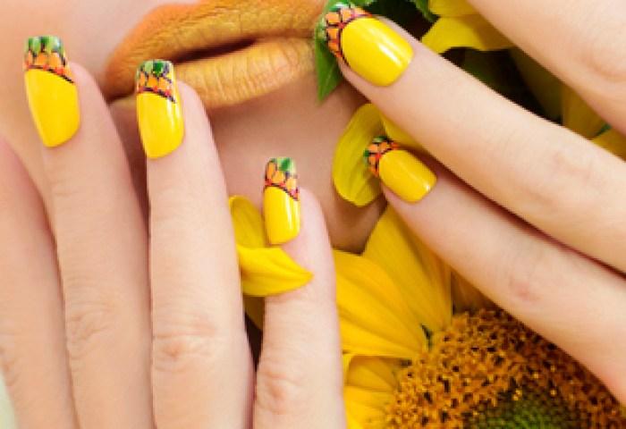 Verano Amarillo Maquillaje Y La Manicura Con Un Diseño En Las Uñas