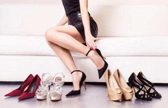 女を選ぶ靴やハイヒールとのトラブル。 の写真素材・画像素材. Image 52756087.