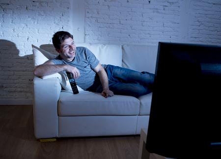 jeune homme seduisant a la maison