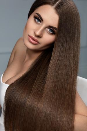 de beaux cheveux modele de femme avec des cheveux longs sains et un maquillage visage magnifique portrait de fille brune avec une coiffure brillante
