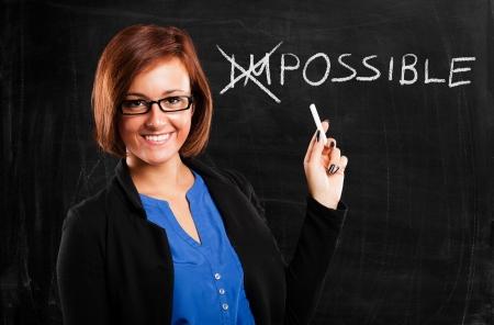 insegnante: Sorridente insegnante girando la parola impossibile in possibile