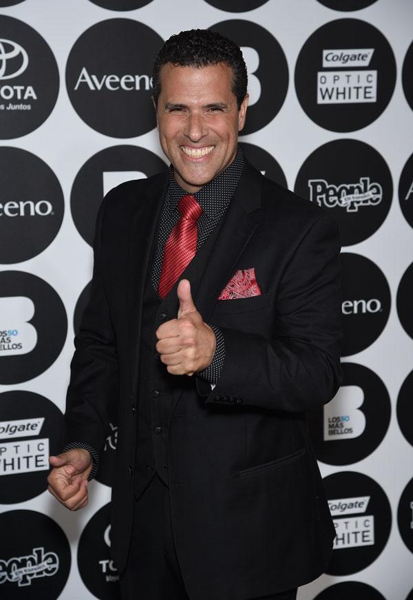Marco Antonio corbata roja