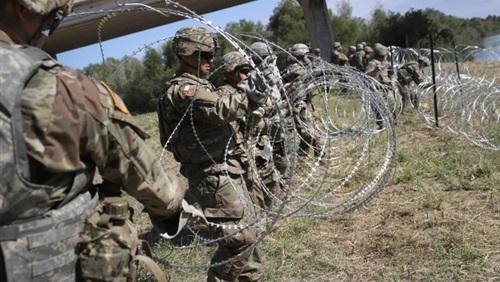 Photo of أمريكا تواجه قوافل المهاجرين على الحدود بالأسلاك الشائكة