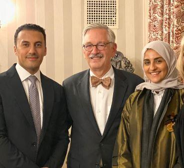 Photo of أسرة سعودية تحضر حفل تقاعد طبيب أمريكي.. أنقذ ابنتهم من البتر قبل 28 عاماً