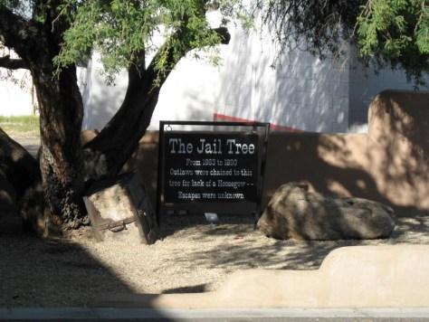 Wer braucht schon ein Gefängnis, wenn er einen Baum hat?