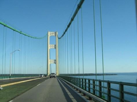 Wir fahren über die Mackignaw Brücke