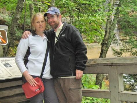 Zwei verliebte Wanderer am Munising Fall