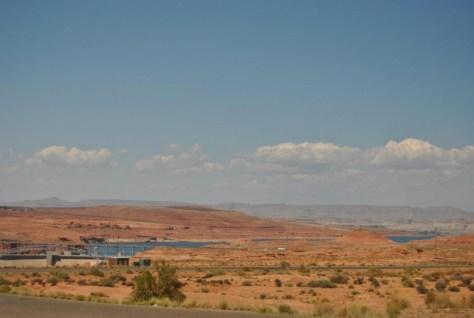 Der Lake Powell - Ein Stausee mitten in der Wüste - ist schon zu sehen