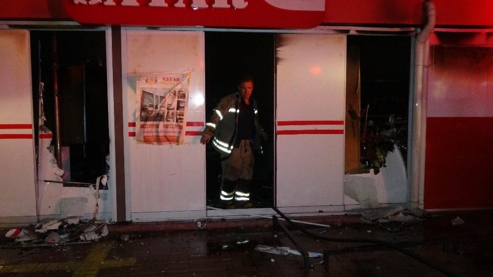Uşak'ta süper markette çıkan yangın paniğe neden oldu