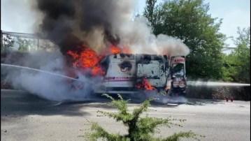 İçerisinde hasta olan ambulans seyir halindeyken alev alev yandı