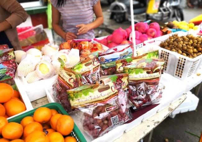 フィリピンのローカルサイドでのカウントダウン丸いフルーツでお金の願掛け