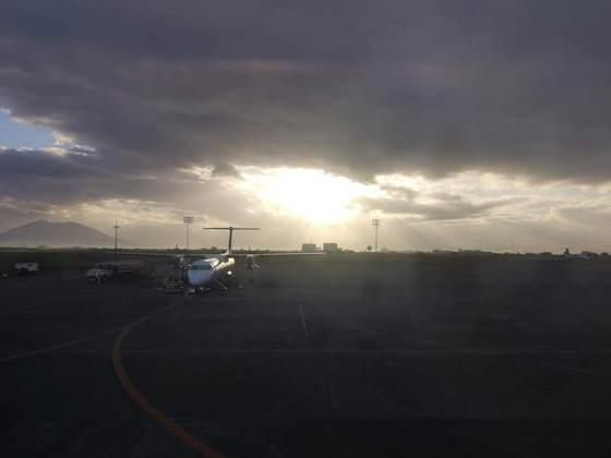 クラーク国際空港の飛行機と朝日