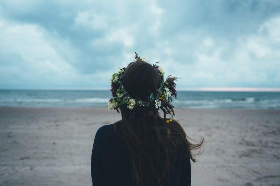 海と花かんむりと女性
