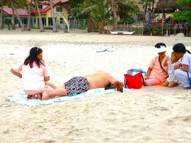 プエルトガレラのホワイトビーチでマッサージ
