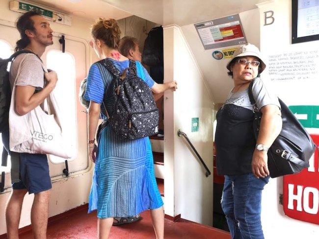 プエルトガレラ行きの高速フェリーの乗客