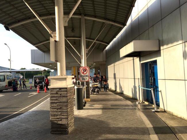 Clark国際空港のタクシー乗り場への道