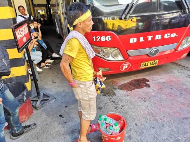 フィリピンのバスの中で水を売るおじさん