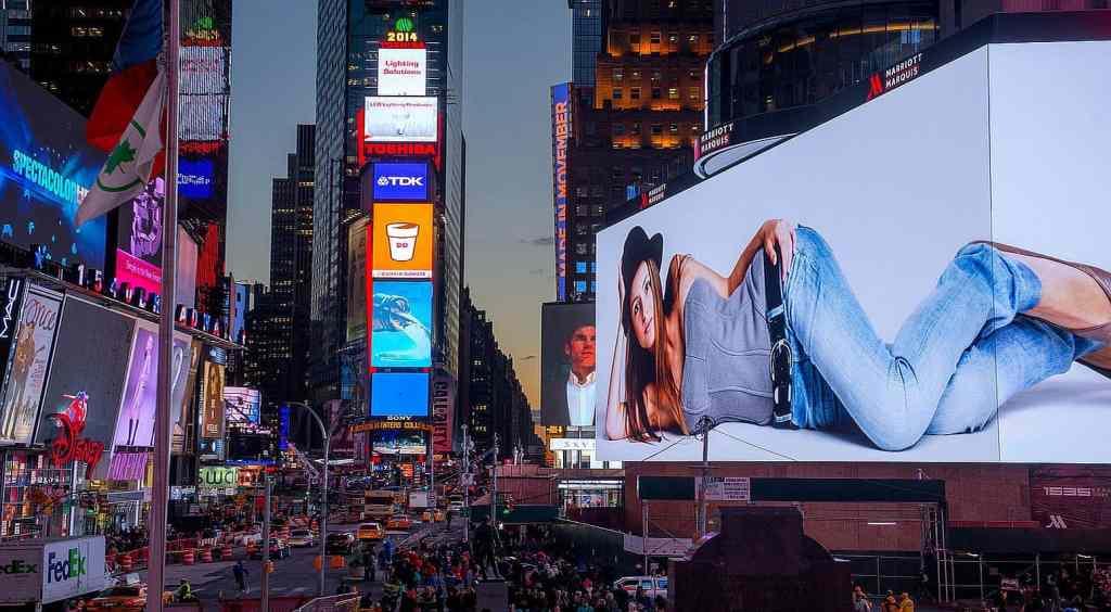 реклама брендов на дисплеях