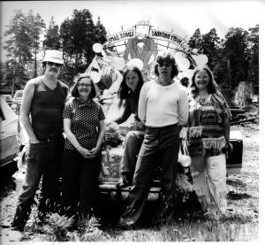 Ron, Jewel, Alyse, Mark, and Annette Lansing on July 4, 1976 in Manzanita. They are using the family VW as a campaign float.