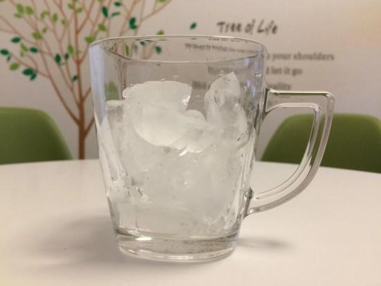 グラスに氷